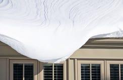 Nieve que cuelga sobre Windows Foto de archivo