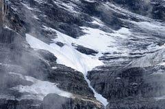 Nieve que derrite en la montaña imagenes de archivo