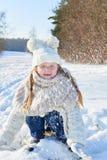 Nieve que lanza del niño feliz en invierno imagen de archivo libre de regalías