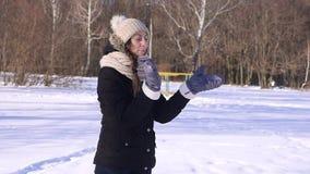 Nieve que lanza feliz de la mujer joven de 96 FPS en el invierno Forest Slow Motion metrajes