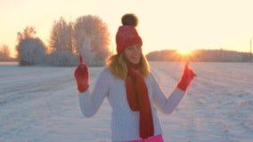 Nieve que lanza y situación de la mujer alegre en las nevadas que bailan en invierno al aire libre almacen de video