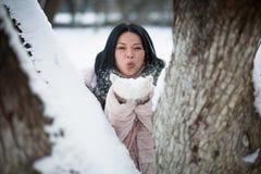 Nieve que sopla asiática en las palmas y la diversión el tener Fotos de archivo libres de regalías
