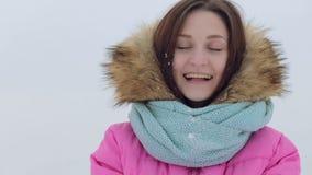 Nieve que sopla Belleza Girl modelo adolescente alegre almacen de metraje de vídeo
