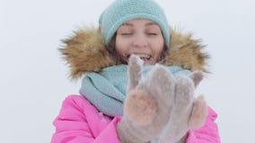Nieve que sopla Belleza Girl modelo adolescente alegre metrajes