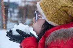 Nieve que sopla de la muchacha Imagen de archivo libre de regalías