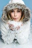 Nieve que sopla de la muchacha Foto de archivo