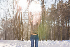 Nieve que sopla de la muchacha de la belleza en parque escarchado del invierno outdoors Copos de nieve del vuelo Fotografía de archivo