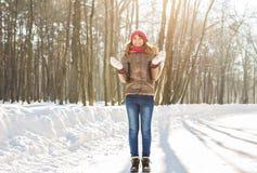 Nieve que sopla de la muchacha de la belleza en parque escarchado del invierno outdoors Copos de nieve del vuelo Imagen de archivo