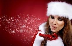 Nieve que sopla de la muchacha de la Navidad. Imagen de archivo libre de regalías