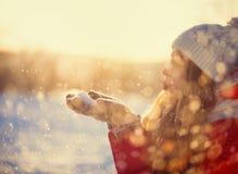 Nieve que sopla de la muchacha del invierno Imagen de archivo libre de regalías