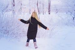 Nieve que sopla de la muchacha del invierno Belleza Girl modelo adolescente alegre que se divierte en parque del invierno Muchach Imágenes de archivo libres de regalías