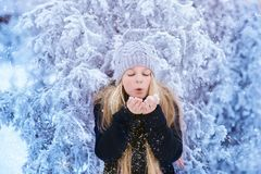 Nieve que sopla de la muchacha del invierno Belleza Girl modelo adolescente alegre que se divierte en parque del invierno Muchach Imagen de archivo