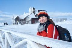 Nieve que sopla de la muchacha del invierno de la belleza en parque escarchado del invierno Imagen de archivo libre de regalías