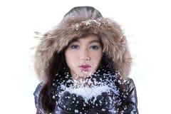 Nieve que sopla de la mujer joven Foto de archivo libre de regalías