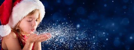 Nieve que sopla de la niña del concepto del deseo de la Navidad - concepto del deseo de la Navidad Imagen de archivo