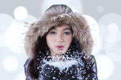Nieve que sopla del adolescente con el fondo del bokeh Foto de archivo