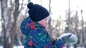 Nieve que sopla del adolescente de sus manos metrajes
