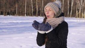 Nieve que sopla del invierno hermoso de la muchacha de la CÁMARA LENTA de 96 FPS almacen de metraje de vídeo