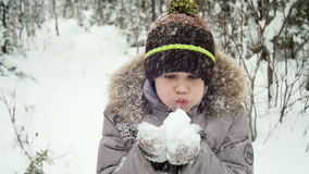 Nieve que sopla del niño de sus manos almacen de video