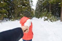 Nieve romántica Forest Outdoor Winter Walk de los pares de la mano del hombre del control de la mujer Imagenes de archivo