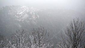 Nieve sobre el pueblo antiguo del soporte sagrado de Varese almacen de metraje de vídeo