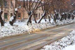 Nieve sucia en las calles de la ciudad Fotos de archivo libres de regalías