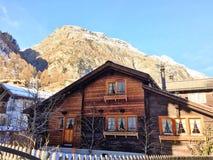 Nieve Suiza de las montañas con hermosa vista de la casa foto de archivo