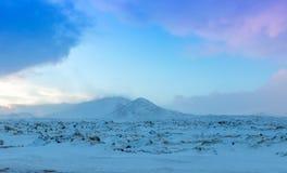 Nieve ventosa y cubierta del paisaje hermoso del invierno en Islandia Fotos de archivo libres de regalías