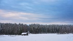 Nieve y cielo azul con las nubes y el palillo foto de archivo