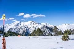 Nieve y cielo azul con las nubes y el palillo Imagen de archivo libre de regalías