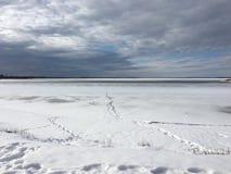 Nieve y cielo azul con las nubes y el palillo fotografía de archivo libre de regalías