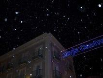Nieve y decoraciones artificiales de la Navidad en la ciudad de Nerja España Fotografía de archivo libre de regalías