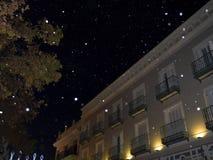 Nieve y decoraciones artificiales de la Navidad en la ciudad de Nerja España Foto de archivo libre de regalías