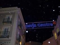Nieve y decoraciones artificiales de la Navidad en la ciudad de Nerja España Imagenes de archivo
