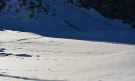 Nieve y la montaña en invierno Imágenes de archivo libres de regalías