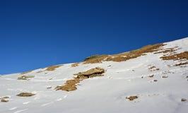 Nieve y la montaña en invierno Fotografía de archivo libre de regalías