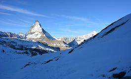 Nieve y la montaña en invierno Imagen de archivo