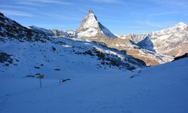 Nieve y la montaña en invierno Imagen de archivo libre de regalías