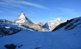 Nieve y la montaña en invierno Fotografía de archivo