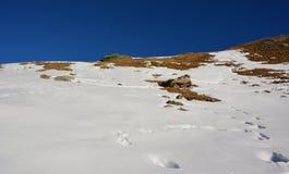 Nieve y la montaña en invierno Imagenes de archivo