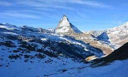 Nieve y la montaña en invierno Fotos de archivo libres de regalías