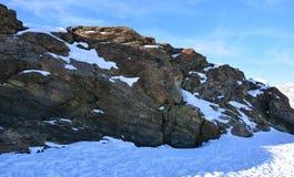 Nieve y montaña en invierno Foto de archivo libre de regalías
