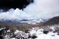 Nieve y nube y cielo oscuro Imagen de archivo libre de regalías