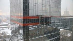 Nieve y reflexión de un edificio alto almacen de video