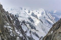 Nieve y rocas en las partes superiores del macizo de Mont Blanc fotografía de archivo libre de regalías