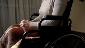 Nieważny kobiety chodzenie w wózku inwalidzkim dla starszych osob w domu, dobroczynność podstawy fotografia royalty free
