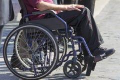 Nieważny mężczyzna obsiadanie na wózku inwalidzkim fotografia royalty free