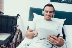 Nieważny Uses ochraniacz i Słucha muzyka w łóżku obraz stock