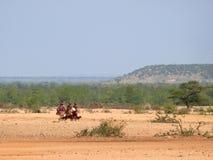 Niewiadoma kobieta od plemienia Tsonga iść z dzbankami dla wody. Fotografia Royalty Free