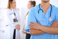 Niewiadoma męska chirurg lekarka z stetoskopem, krzyżować ręki Fotografia Royalty Free